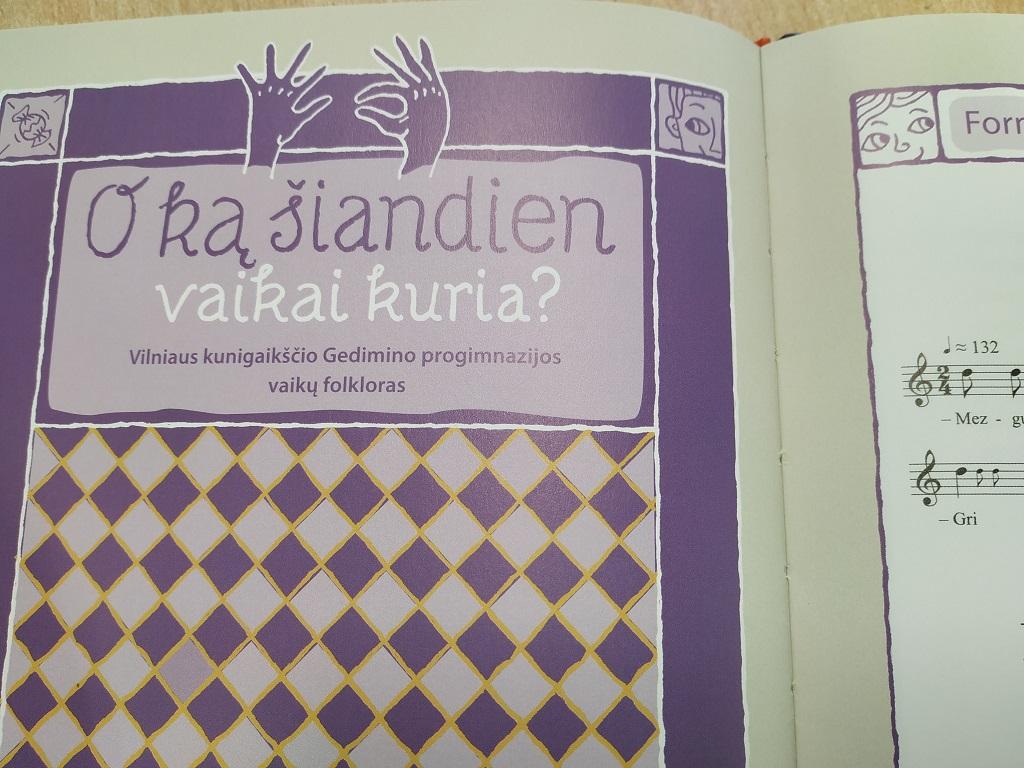 """Mokytojos Lijanos Šarkaitės-Vilumos parengtos knygos """"Ulioja varnu"""" pristatymas"""
